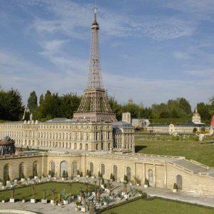 Этот самый большой в Европе парк миниатюр, раскинувшийся на пяти гектарах, дает уникальная возможность совершить увлекательное путешествие по всей Франции — 150 пейзажей, — 140 самых красивых сооружений Франции, — 60 000 персонажей, — более 100 кораблей.