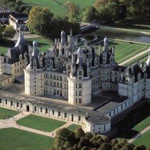 """был символом политических амбиций Франции. Этот монументальный замок называют """"каменной симфонией"""". 1800 рабочих около тридцати лет трудились для его возведении. Замок насчитывает 440 комнат, 365 каминов, 83 лестницы. Замок окружен огромным парком площадью 5500 га, ставшим национальным охотничьим заповедником. Сюда приезжал на охоту и театральные представления Людовик XIV, по достоинству оценивший величие Шамбора."""