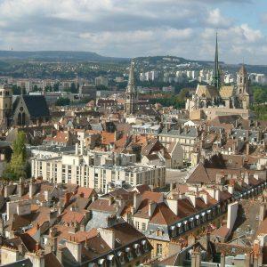 Центр города можно назвать историческим заповедником, вмещающим в себя руины крепости времен Римской империи; дворец герцогов Бургундских, где сохранилась с