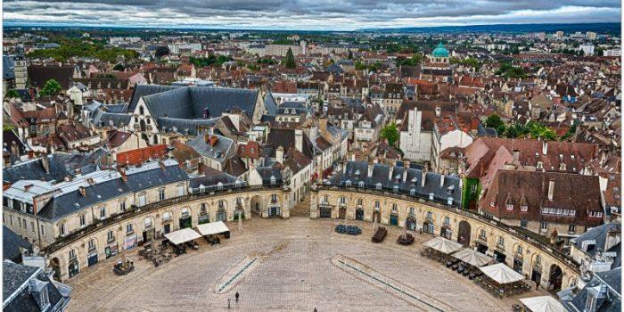 Проулка по улицам Дижона подарит туристам незабываемые встречи с богатой историей города. В XIV и XV вв. этот древний город стал административной столицей Бургундии,