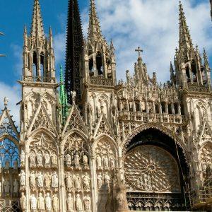 """В. Гюго назвал Руан городом """"ста колоколов"""". Руан считается колыбелью французской готики. Собор Нотр Дам, вдохновлявший импрессиониста Клода Моне, - один из ярких примеров французского архитектурного зодчества."""